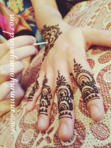 Applying Henna the night before Eid | Celebrating Eid-ul-Adha in the UAE | OurGlobetrotters.Net